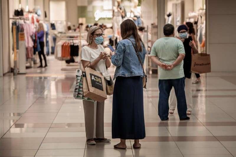 Varias personas realizan compras en un centro comercial en el primer día de la fase 2 de la desescalada en la Comunita Valenciana. EFE