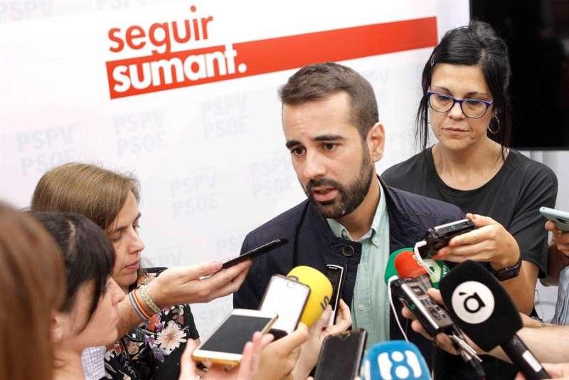 El secretario de Organización del PSPV-PSOE, José Muñoz, atendiendo a los periodistas en una imagen de archivo. EFE/ Ana Escobar