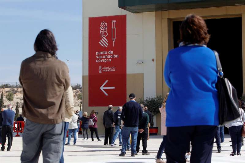 Varias personas esperan su turno para vacunarse en la Ciudad de la Luz de Alicante.