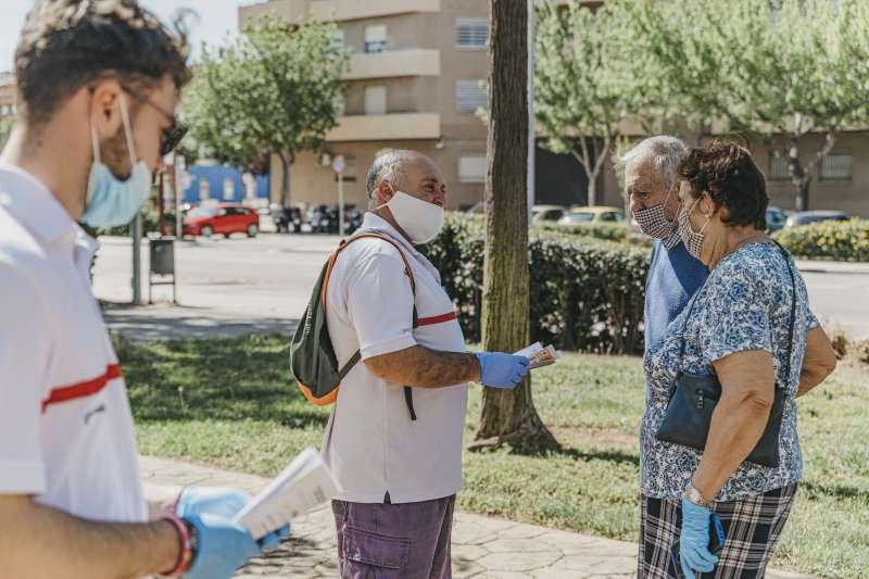 Voluntarios de Cruz Roja informan a la población. EPDA