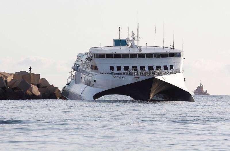 El ferry de la compañía Baleària que encalló la pasada noche en la escollera del puerto de Dénia (Alicante) con 70 vehículos y 393 pasajeros abordo. EFE