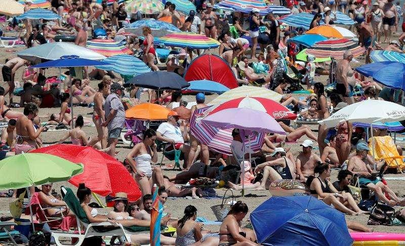 Vista general de la playa de la Malvarrosa repleta de veraneantes ayer. EFE/Archivo