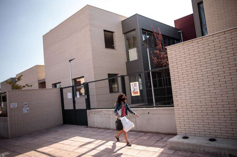 Un mujer pasa por delante del colegio de Rafelbunyol. EFE