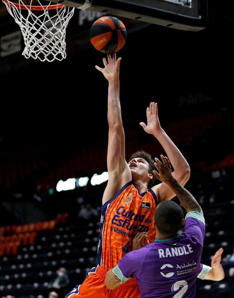 El ala-pivot de Valencia Basket Jaime Pradilla (i) en un partido de LIga ACB. EFE