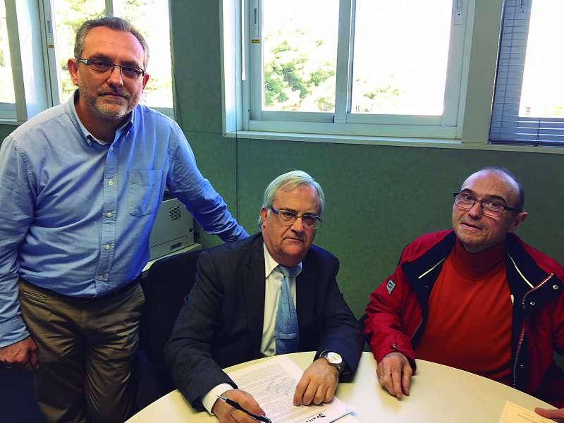 El regidor d?Educació i l?alcalde amb el subdirector. EPDA
