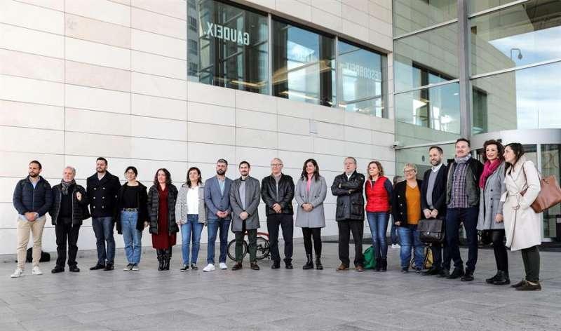 El gobierno municipal de Valéncia (Compromís-PSPV), posa a las puertas del Palacio de Congresos. EFE/Manuel Bruque