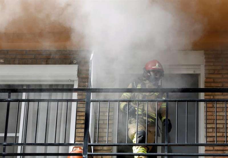 Un bombero trabaja en la extinción de un incendio. EFE