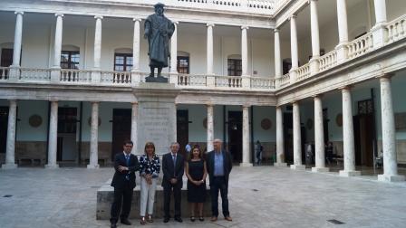 La vicepresidenta provincial, Amparo Mora, el vicerrector, Antonio Ariño, y la directora del proyecto, Pilar Alguacil. Foto EPDA