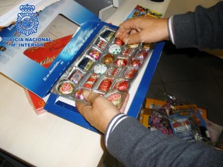 Desarticulada en Gandía una banda presuntamente dedicada al tráfico de estupefacientes, escondían la droga dentro de cajas de bombones. Foto EPDA