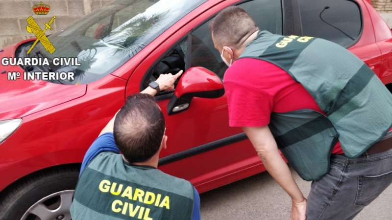 Los agentes observan uno de los coches. EPDA