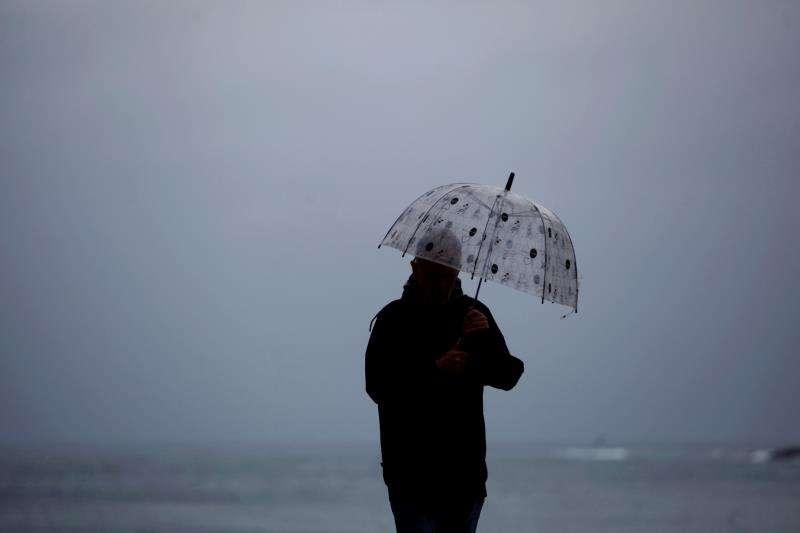 Un hombre se protege de la lluvia con un paraguas. EFE/Archivo
