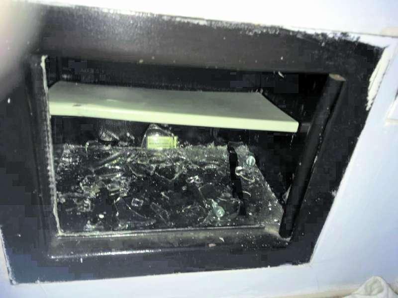 Caja fuerte destrozada por los ladrones. EPDA