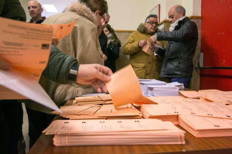 Un ciudadano escoge su papeleta al Senado, en las elecciones generales de ayer. EFE