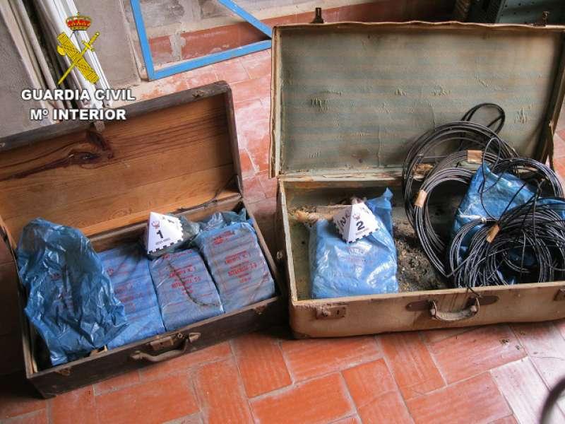 Explosivos abandonados y deteriorados interceptados./Foto Guardia Civil