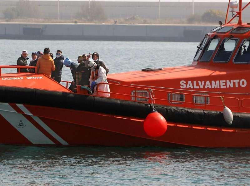 Inmigrantes magrebíes rescatados en marzo de este año en aguas de Alicante. EFE/ Morell/Archivo