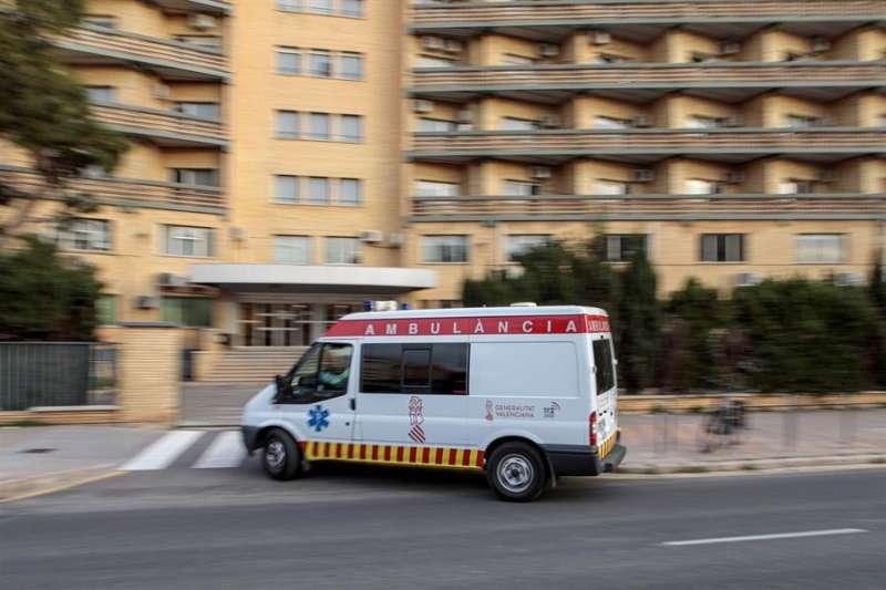 Una ambulancia llega a un centro hospitalario.