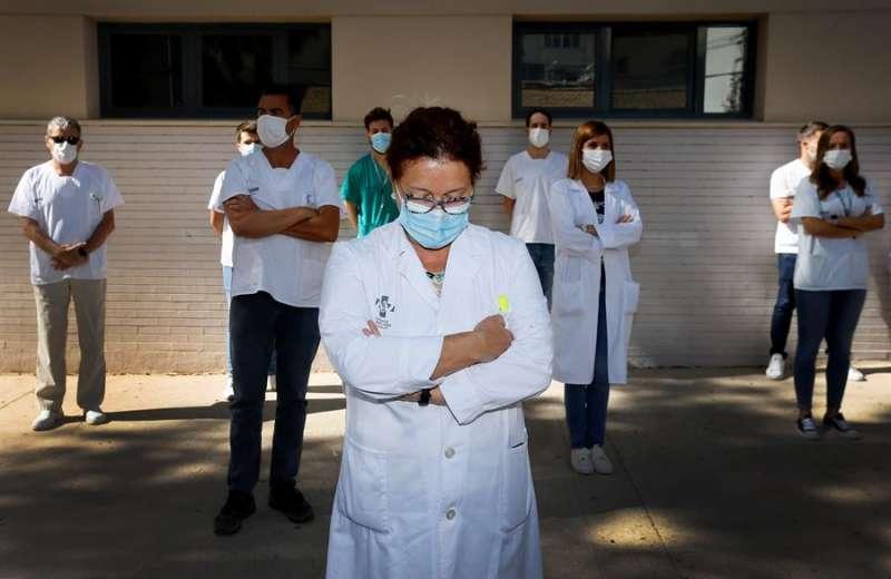 Sanitarios del Centro de Salud de San Blas en Alicante protestan a las puertas del centro de salud bajo el lema
