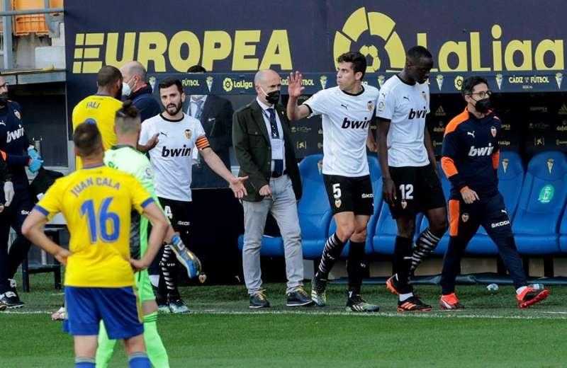 Los jugadores del Valencia abandonan el terreno de juego, durante el partido de Liga en Primera División ante el Cádiz que disputaron en el estadio Ramón de Carranza. EFE/Román Ríos