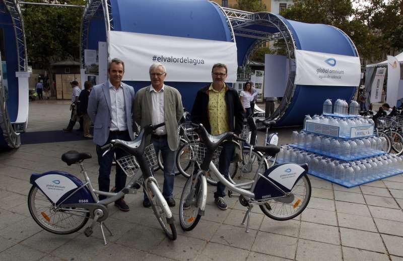 Giuseppe Grezzi y Joan Ribó visitan la exposición de Global Omnium en la Feria de la Movilidad Sostenible.