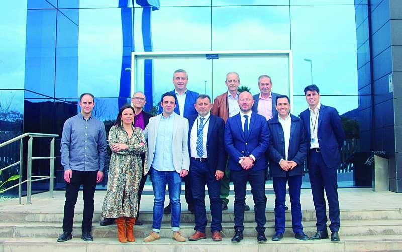 Imagen de los alcaldes y empresarios del Camp de Morvedre visitando las instalaciones de Profiltek. -EPDA