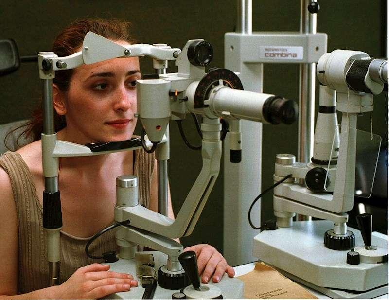 Imagen de archivo de una mujer realizándose una prueba oftalmológica. EFE