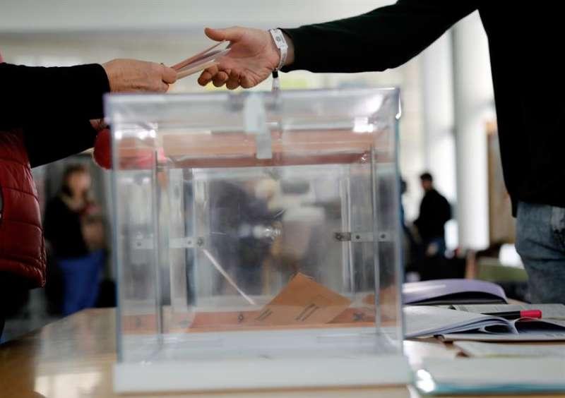 Los 2.220 colegios electorales de la Comunitat Valenciana han abierto sus puertas a las 9:00 horas para que las 3.667.656 personas con derecho a voto puedan elegir de nuevo a sus representantes en el Congreso y en el Senado.EFE/ Juan Carlos Cárdenas/Archivo