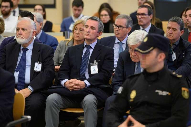 El expresidente de las Cortes valencianas y exdirector general de la Policía, Juan Cotino (i) y el ex director general de Radiotelevisión Valenciana, Pedro García, durante el juicio. EFE
