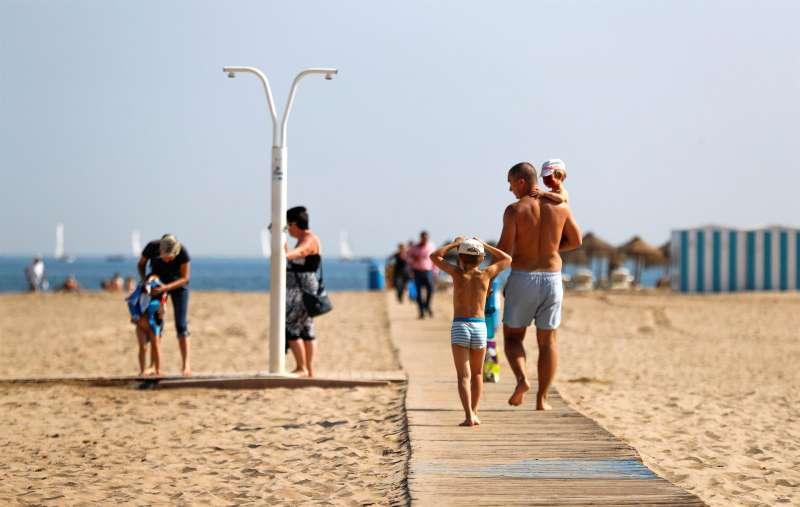 Bañistas en una playa de València.