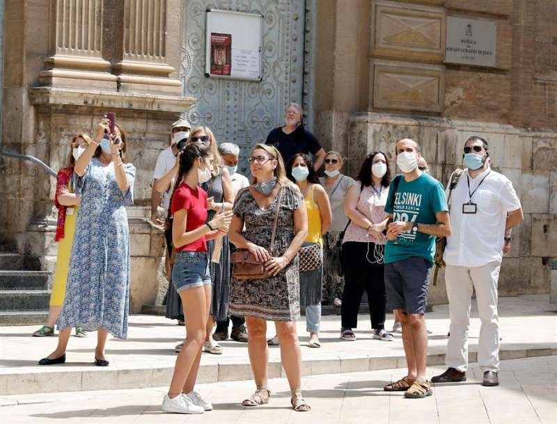 Un grupo de turistas de visita en las cercanías de la Catedral de Valencia, en una imagen del 24 de junio.EFE/ Juan Carlos Cárdenas