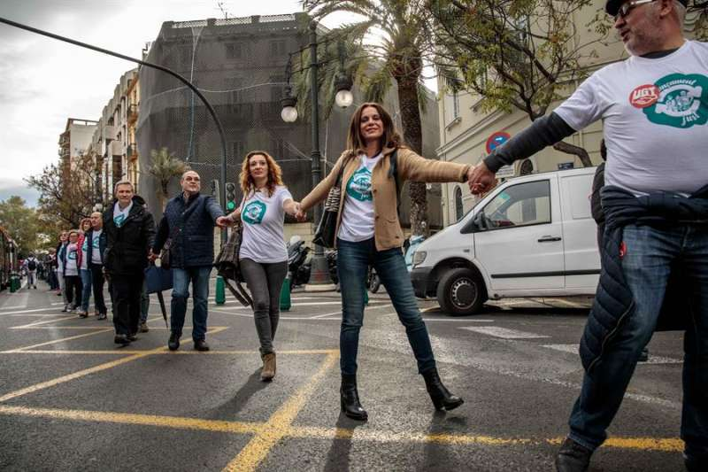 Cadena humana organizada por la Comissió Per un Finançament Just, este viernes junto a las Torres de Serranos Comunitat Valenciana.  - EFE