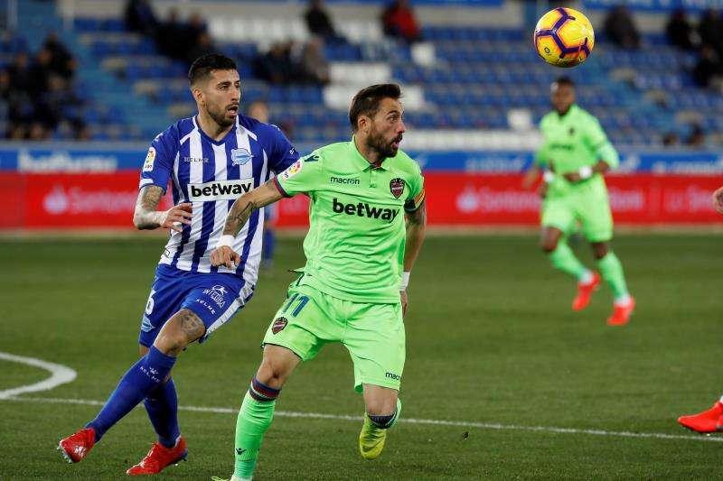 José Luis Morales (d) lucha por el balón ante Guillermo Maripán (i), durante el partido de la pasada temporada en Mendizorroza. EFE/ Archivo