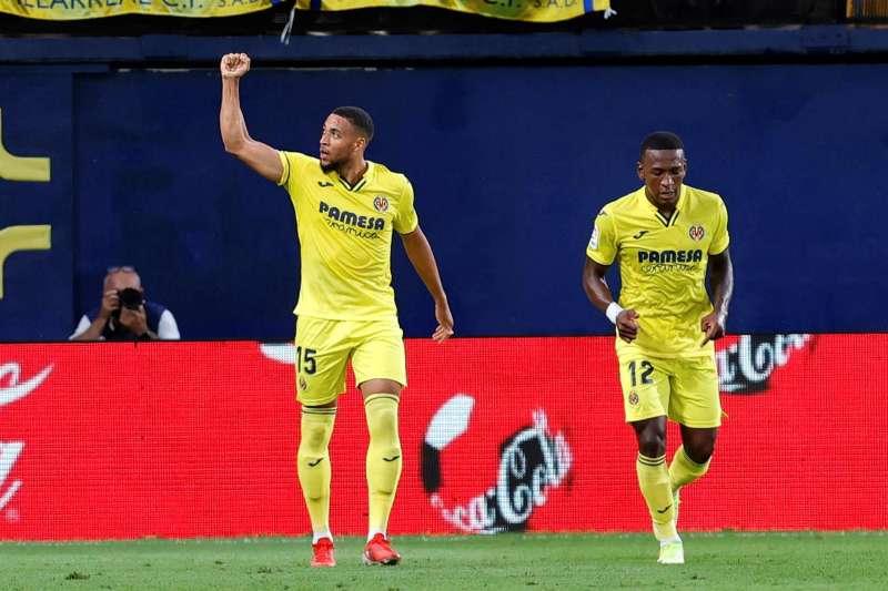 El centrocampista del Villarreal Arnaut Danjuma (i) celebra su gol ante el Real Betis durante el encuentro de la octava jornada de la Liga Santander, disputado en el Estadio de la Cerámica. EFE/Domenech Castelló