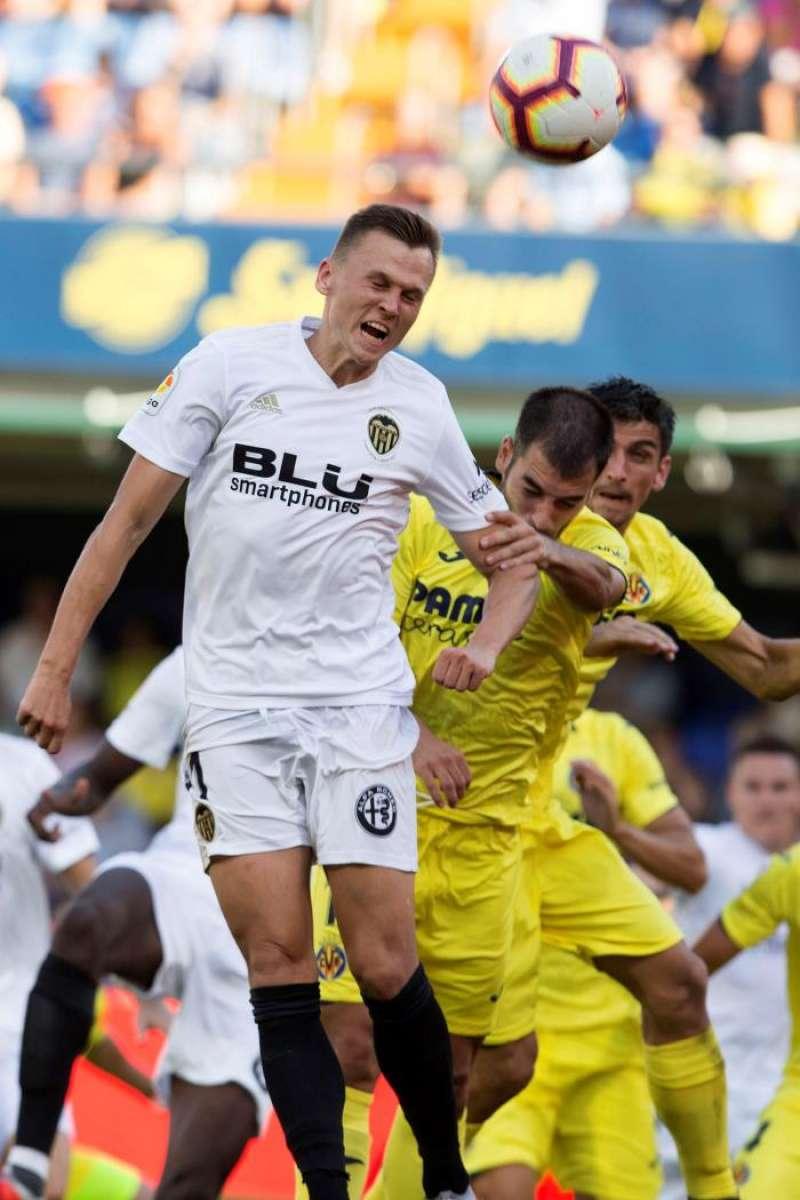 El centrocampista del Villarreal CF Manuel Trigueros (d) lucha por el balón frente al delantero ruso del Valencia CF Denis Cherysev (i), durante un partido anterior entre ambos equipos. EFE/Archivo
