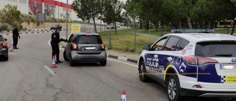 Uno de los controles policiales en Paterna. EPDA