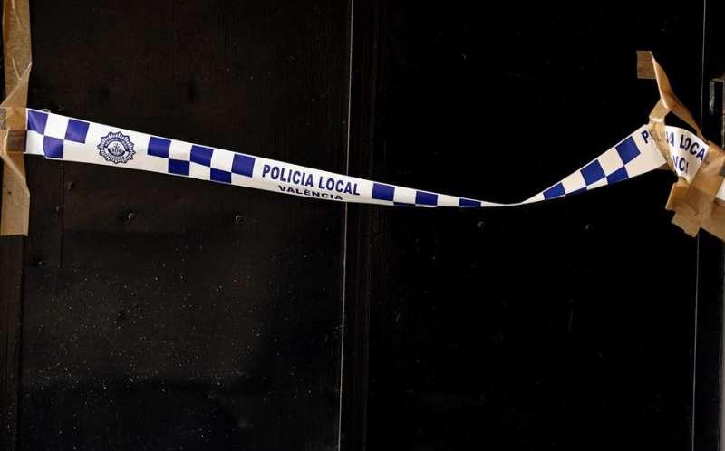 Imagen de archivo de la puerta de un bar precintada por la Policia Local.EFE/ Juan Carlos Cárdenas/Archivo