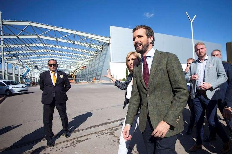 El líder del Partido Popular y candidato a la Presidencia del Gobierno en las elecciones del 10N, Pablo Casado, ha visitado la fábrica Porcelanosa en Vila-real (Castellón) como muestra de su apoyo al empresariado. EFE/Doménech Castelló