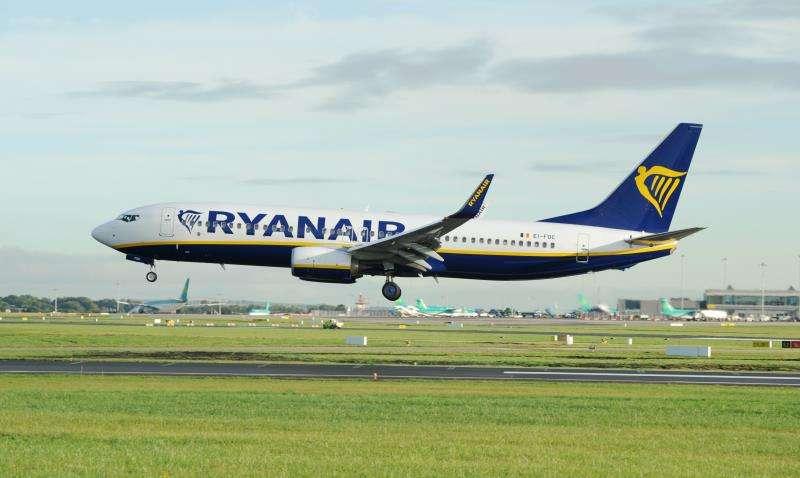 Un avión de Ryanair aterriza en un aeropuerto. EFE/Archivo