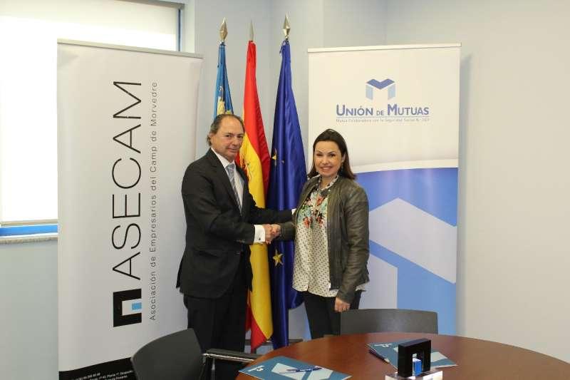 El director adjunto de Unión de Mutuas y la presidenta de Asecam en la firma del convenio. EPDA