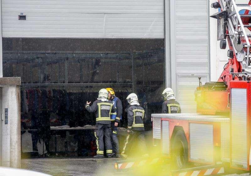 Imagen de archivo de varios bomberos actuando en un accidente en un polígono industrial. EFE/Archivo