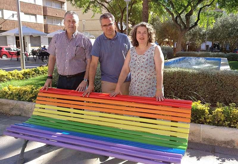 Se han pintado los bancos con los colores de la bandera multicolor. EPDA.