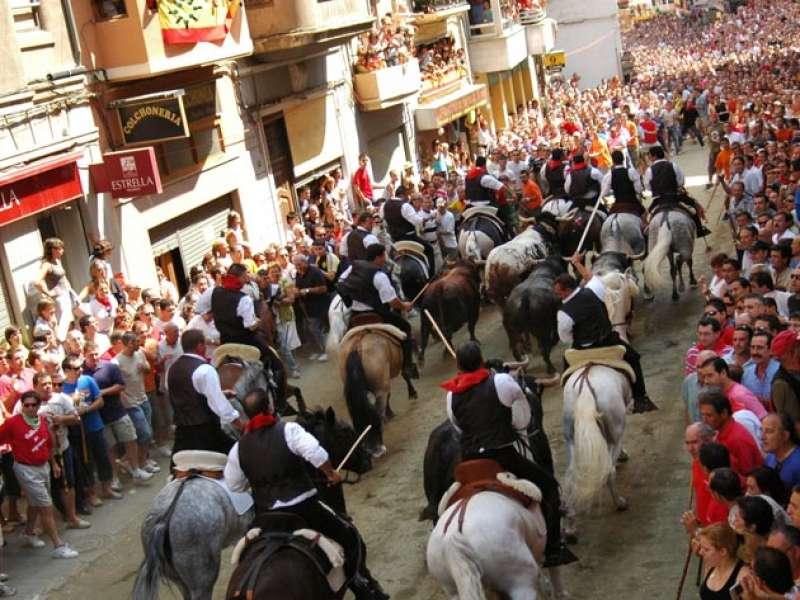 Instante de una de las entradas de toros y caballos que se celebran en Segorbe