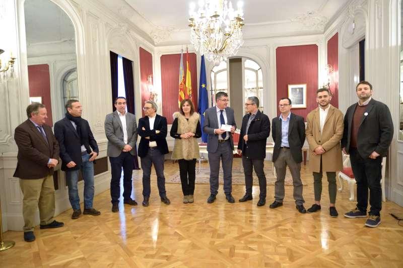 El President de Les Corts amb la resta de portaveus en el lliurament de l