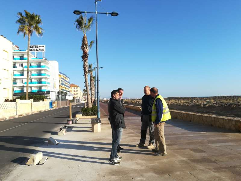 El alcalde de Peñíscola durante su visita a las obras.