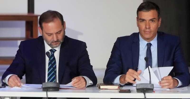 El presidente del Gobierno en funciones y secretario general del PSOE, Pedro Sánchez (c), junto al ministro en funciones de Fomento, José Luis Ábalos (i). EFE/Archivo
