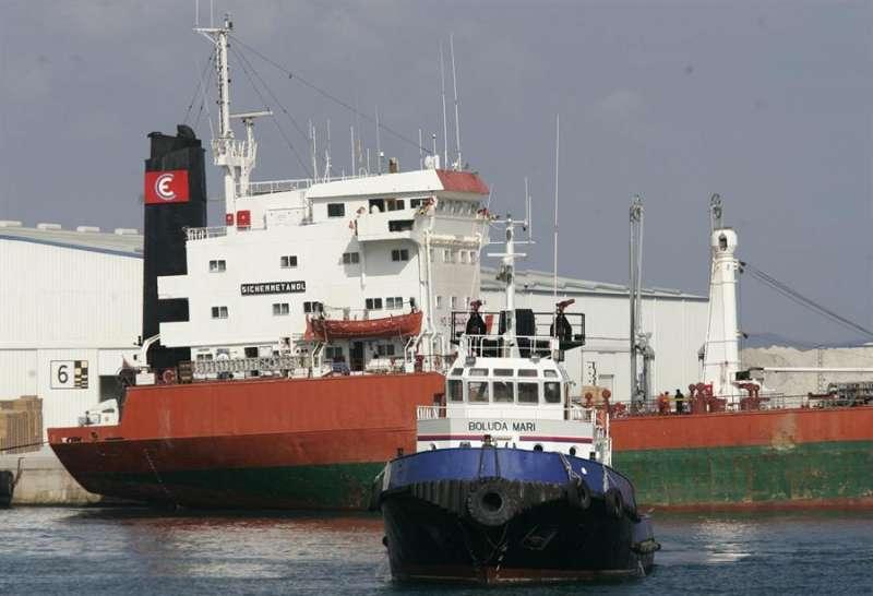 Un remolcador opera con un barco en el puerto de Castellón. EFE