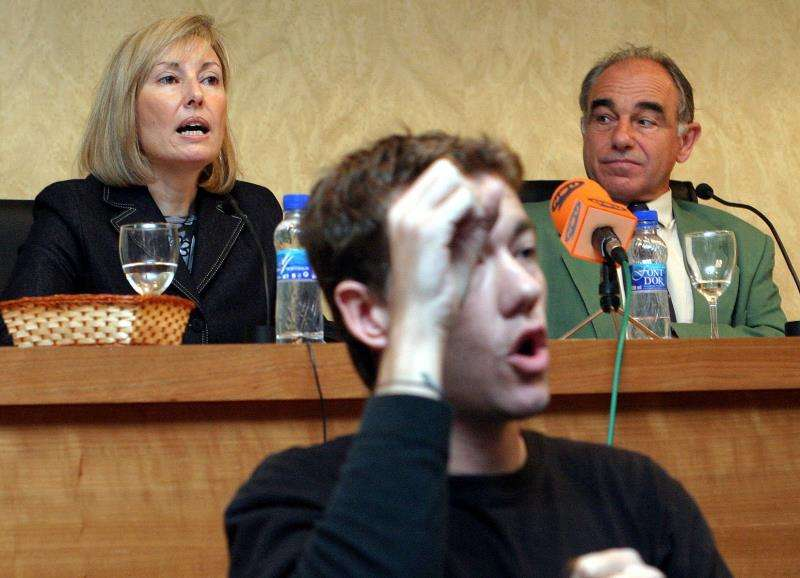 Un intérprete del lenguaje de signos durante un acto público. EFE/Archivo