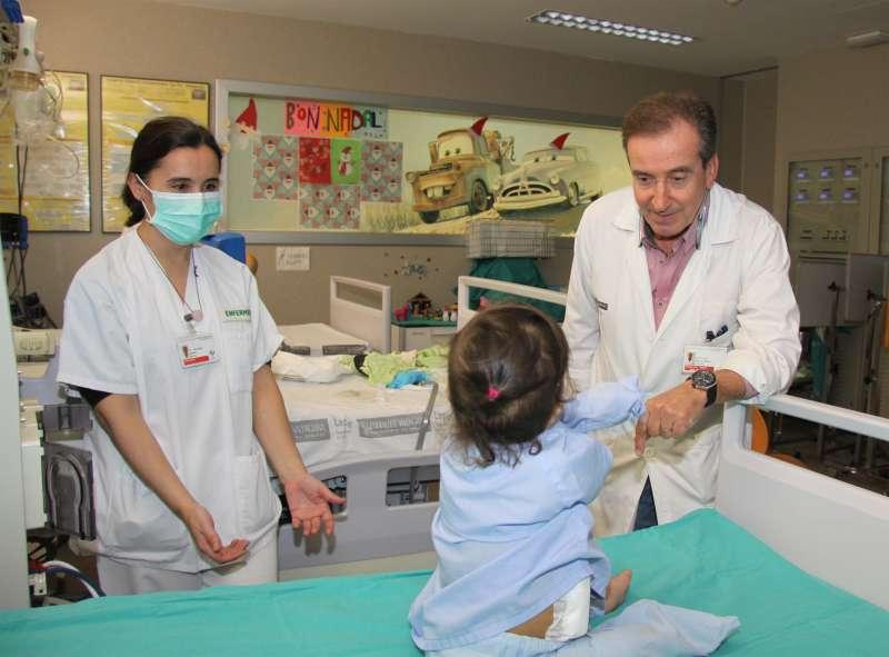 Miembros de la Sección de Nefrología Pediátrica del Hospital La Fe visitando una de sus jóvenes pacientes