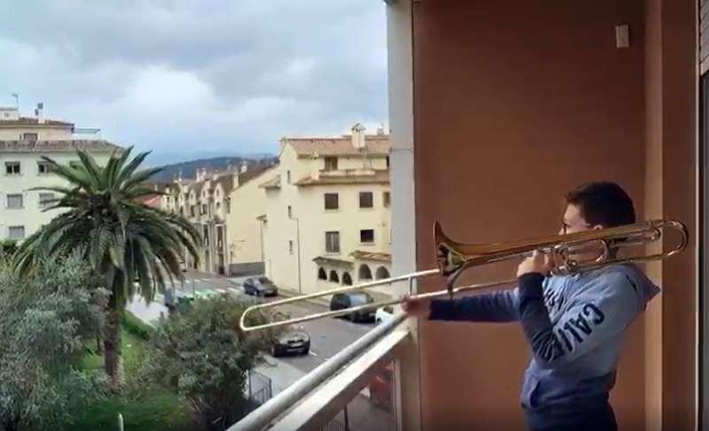 Los pequeños salen a las terrazas con sus instrumentos