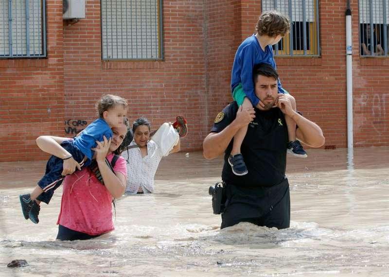 Imagen de archivo (13/09/19) del rescate de niños en un barrio de Almoradí. EFE/MORELL
