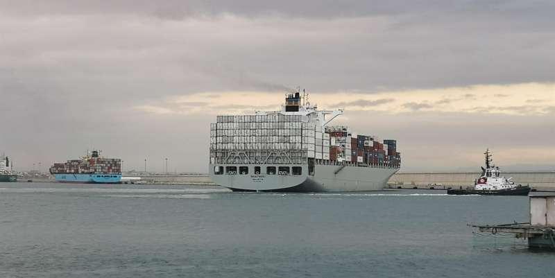 Los dos barcos en cuarentena, en una imagen difundida por la autoridad portuaria.